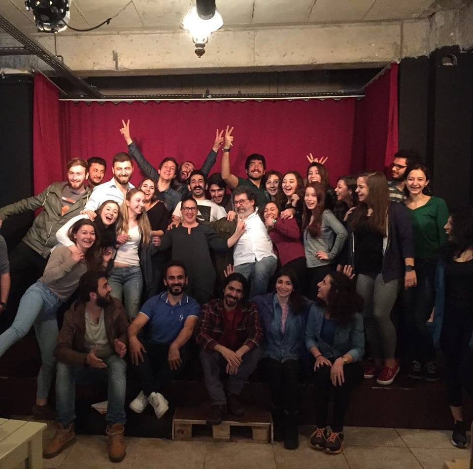 Kocaeli Üniversitesi Tiyatro Klübünün kendi kurmuş olduğu bir sahne düşünün.. Burada oyun hazırladıkları ve o oyunu sergiledikleri bir sahne.. Tümay Özokur ve Kubilay Karslıoğlu öğrencilerle buluştu!