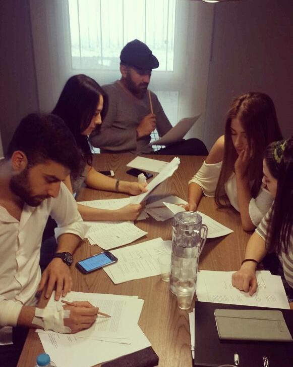 3.kur öğrencileri oynayacakları senaryoların rol analizlerini yapıyorlar..