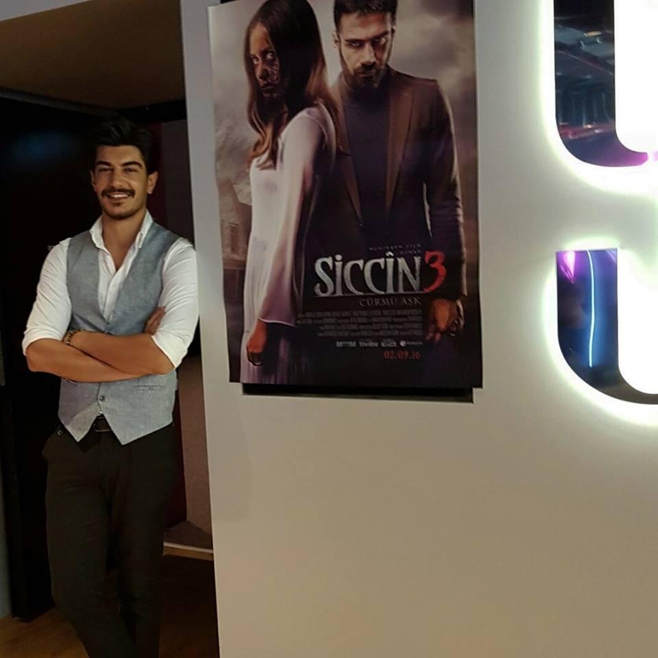 """Atölye mezunlarımızdan Mehmet Hayri Koç abisi Adnan Koç'u yalnız bırakmadı. """"Siccin 3 Cürmü Aşk"""" sinema filminin basın gösterimindeyiz!"""