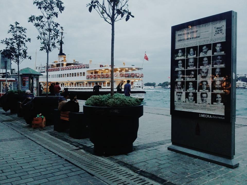 İstanbul'un belli noktalarına yerleştik. Bir süre sizlerle birlikte olacağız.. Vapura yetişmeye çalışanlarla, sahilde yürüyüş yapanlarla, telaşı olanlarla, işe gidenlerle, işten gelenlerle, hayalleri olanlarla, yüzü gülenlerle ve dahasıyla..
